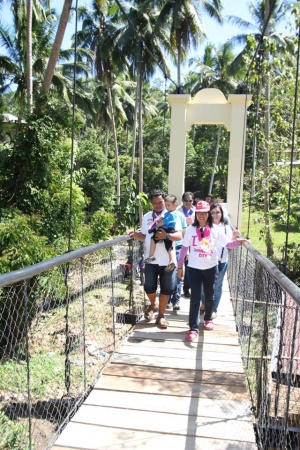 Mayor Beng Climaco-Salazar crossing the newly constructed Lamisahan Hanging Bridge, Lamisahan, Zamboanga City.jpg