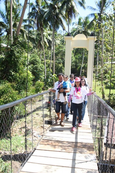 File:Mayor Beng Climaco-Salazar crossing the newly constructed Lamisahan Hanging Bridge, Lamisahan, Zamboanga City.jpg